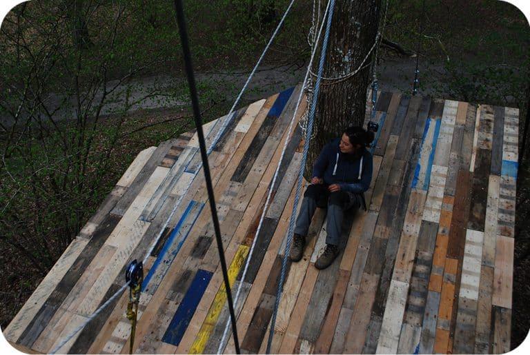 Terras in pallethout hoog in de bomen