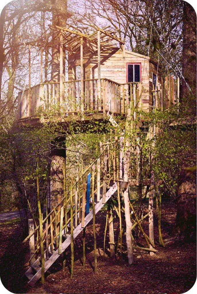 Feeërieke boomhut in het bos