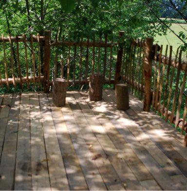 Terras op hoogte in kastanje hout