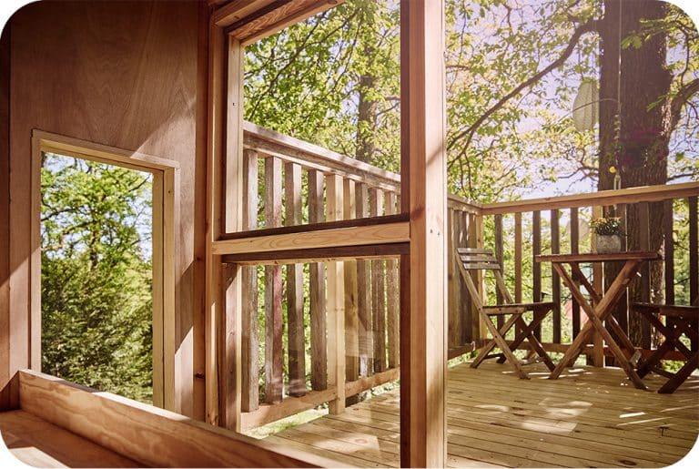 Boomhut interieur met zicht naar het terras