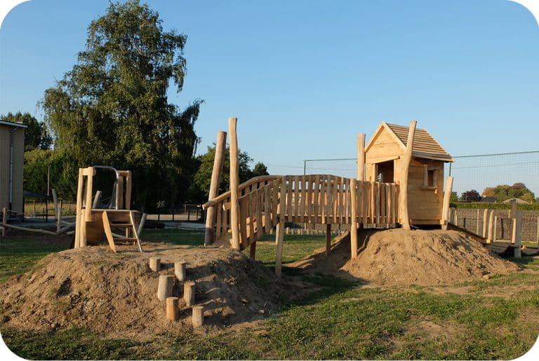 Speelhuisje met loopbrug en schuifaf in accaciahout