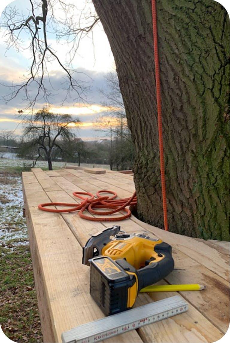 terras boomhut bouwen met wipzaag