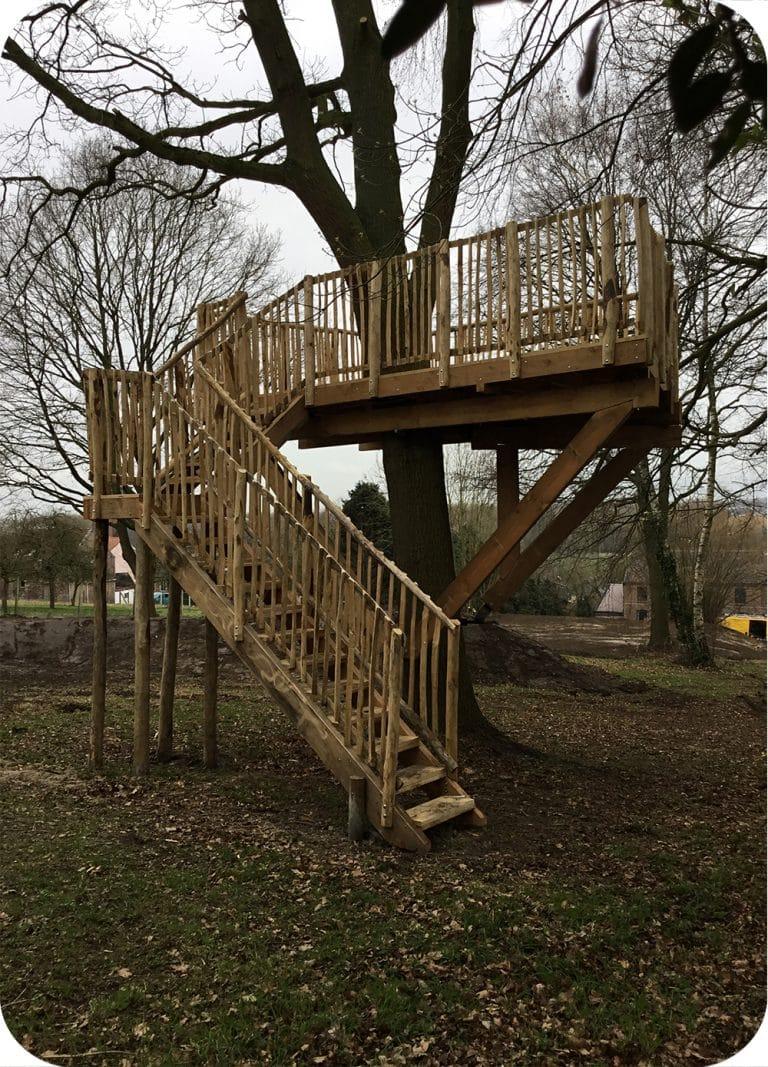 Trap verticale spijlers boom platform terras op hoogte