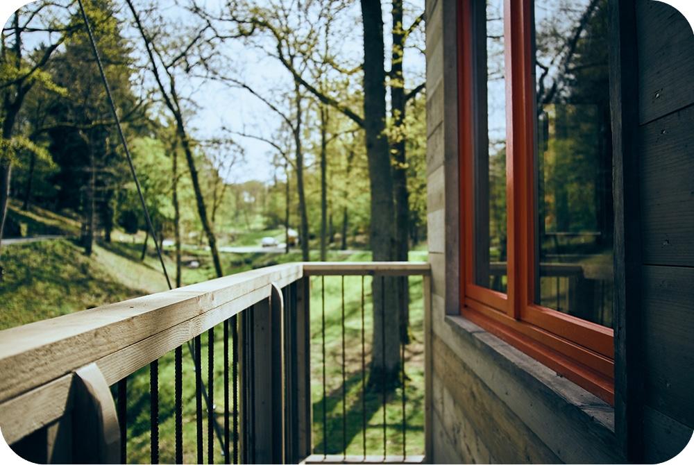 Boomhut bouwen balkon en ramen in dubbel glas