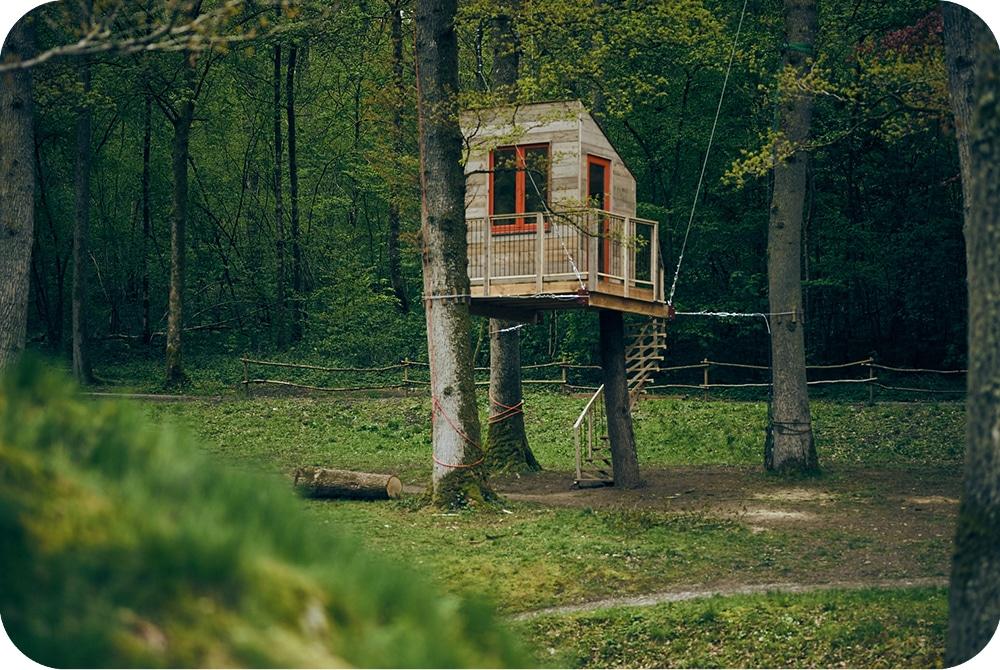 Zwevende boomhut bouwen in steigerhout als tuinkantoor