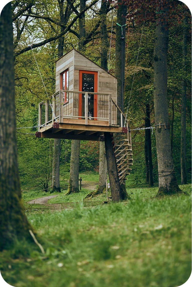 Schrijvershut of tuinkantoor tussen de bomen bouwen