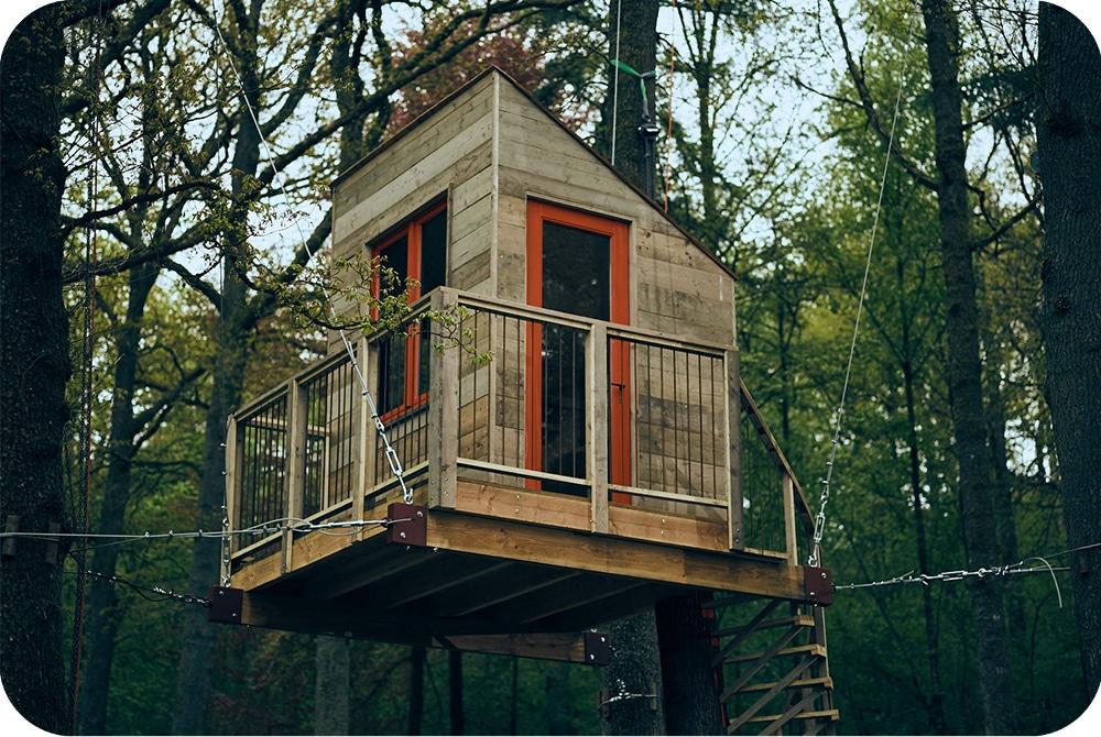 Boomhut tiny house met staalkabels opgehangen