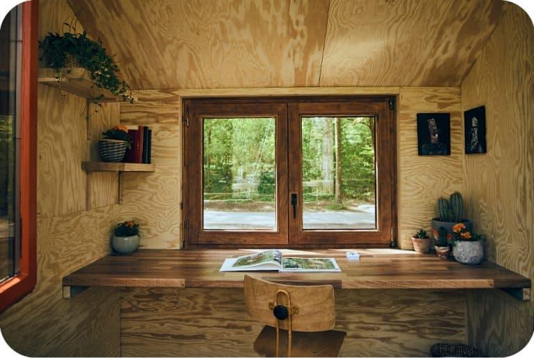 Boomhut bouwen met interieur kantoor poolse den