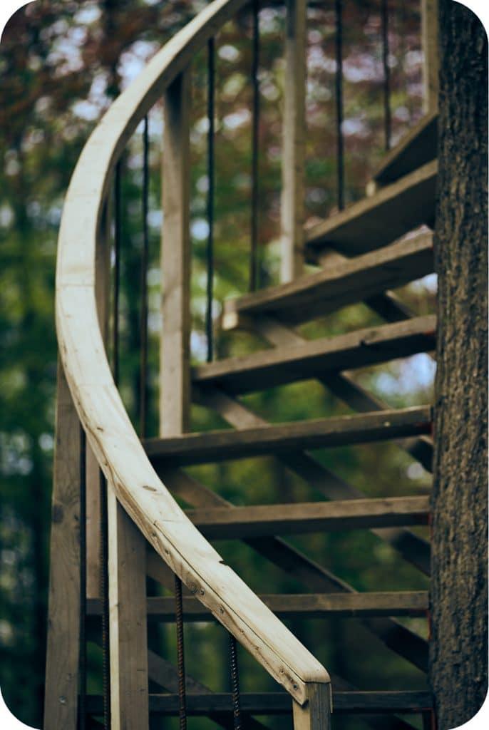 Draaitrap wenteltrap van boomhut bouwen in staal en steigerhout